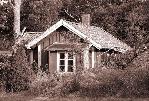 Sistemare una casetta in legno in giardino